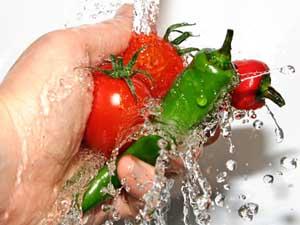 мытье овощей для защиты от инфекций