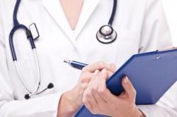 врач записывает жалобы пациента
